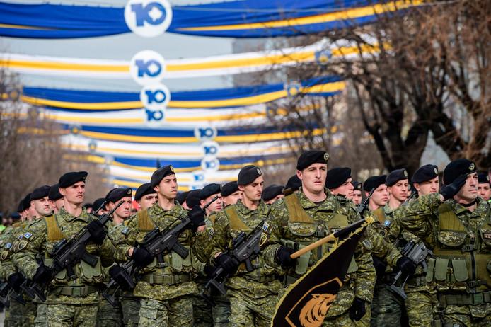 Kosovaarse strijdkrachten vieren vorige maand de tienjarige onafhankelijkheid in februari 2008.