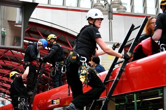 Phil Kingston wordt door agenten in veiligheid gebracht - en gearresteerd.