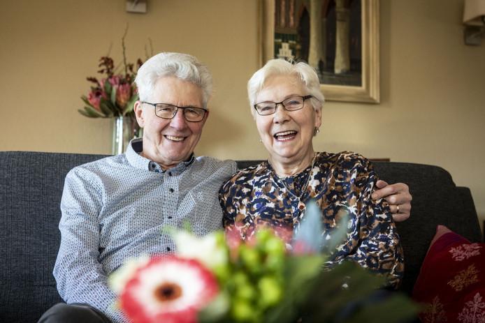Tjalling en Lenie de Vries-Koenders houden niet van stilzitten. Na 60 jaar huwelijk zijn ze nog steeds blij met elkaar.