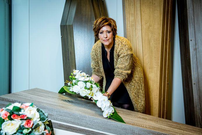 Alexandra Mazzarella (53), uitvaartondernemer van uitvaartcentrum Remans & Lantmeeters, stond tijdens de eerste golf in de frontlinie van het zwaargetroffen Genk.