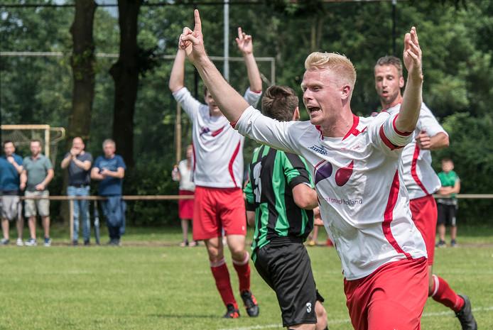 Rik Willemsen van Vianen Vooruit viert zijn treffer tegen Hapse Boys.