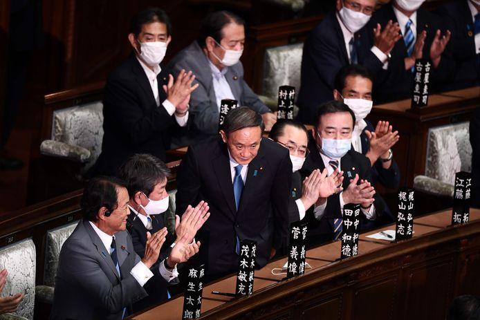 Yoshihide Suga, leider van de Liberaal-Democratische Partij (LDP), buigt nadat hij tot nieuwe premier werd verkozen door het Japanse parlement.