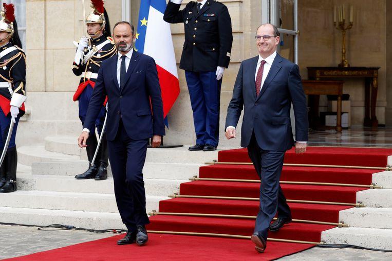 De vertrekkende Franse premier Edouard Philippe (l) en de aanstaande eerste minister Jean Castex. Beeld Getty Images