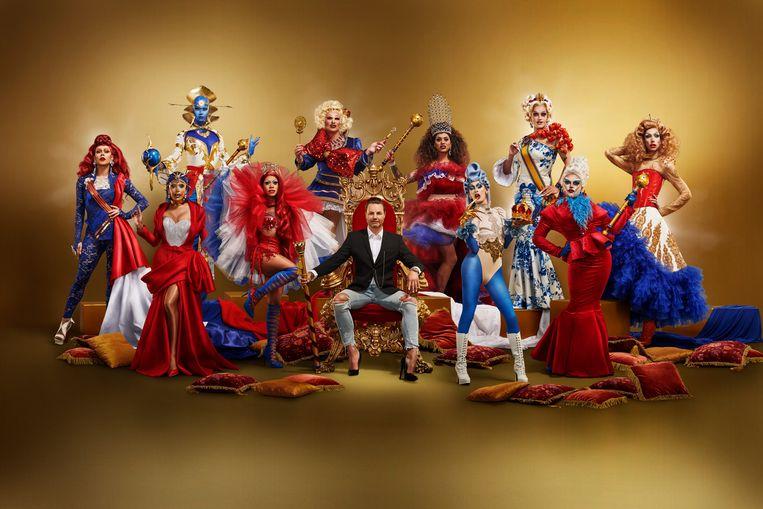Fred van Leer (midden) en de kandidaten van Drag Race Holland. Beeld Videoland