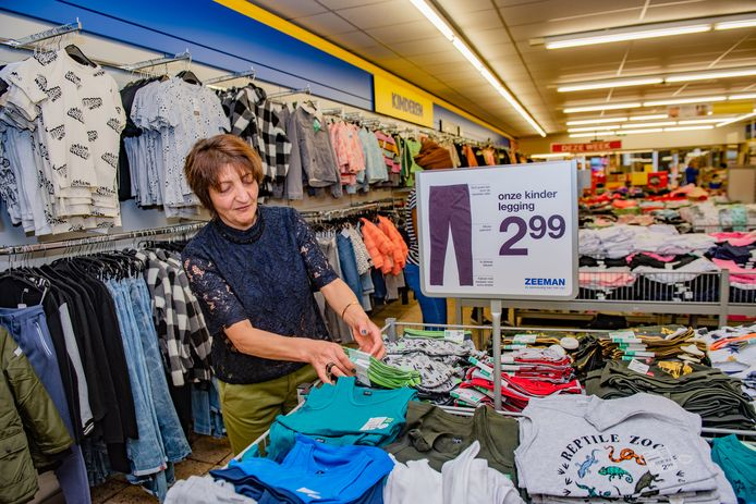 In het nieuwe beleid krijgen inburgeraars ook de mogelijkheid om stage te lopen bij bedrijven, zoals Olga Gkourovandu op de foto boven. De gemeente hoopt dat deze groep zo sneller instroomt op de arbeidsmarkt.