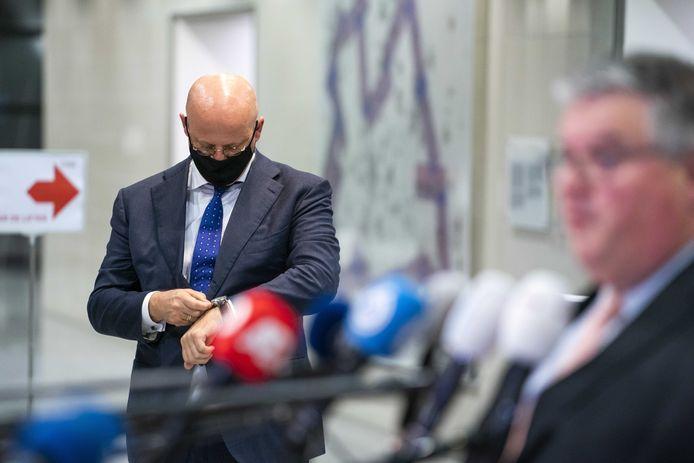 Voorzitter Hubert Bruls en Minister Ferd Grapperhaus staan de pers te woord na het Veiligheidsberaad vorige week. Burgemeesters en kabinet vinden van elkaar dat de ander harder moet optreden in de coronacrisis.