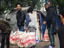 Memphis Depay brengt sloppenwijk boodschappenpakket