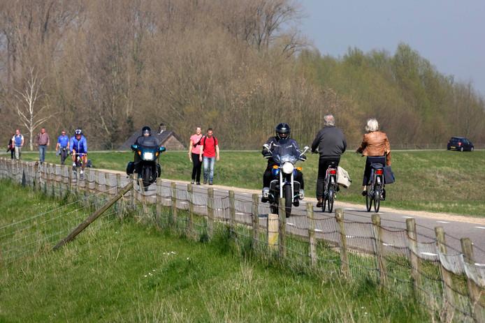 Motorrijders op de dijk bij Doornenburg.