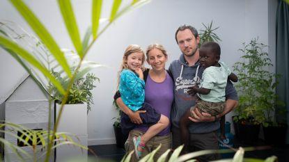 """Marijke en Alain eindelijk herenigd met adoptiezoon nadat ze hem bij begin coronacrisis moesten achterlaten: """"Hopelijk krijgen andere ouders zelfde kansen"""""""