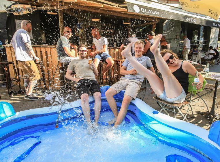 (vlnr) Egon Sileghem, Lowie Verriest en Ine Vandenborre probeerden het zwembad al even uit.