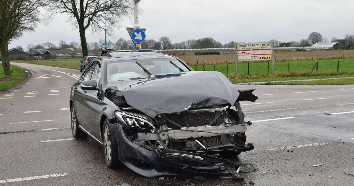 Lichtgewonde door ongeluk in Well, forse schade aan personenautos.