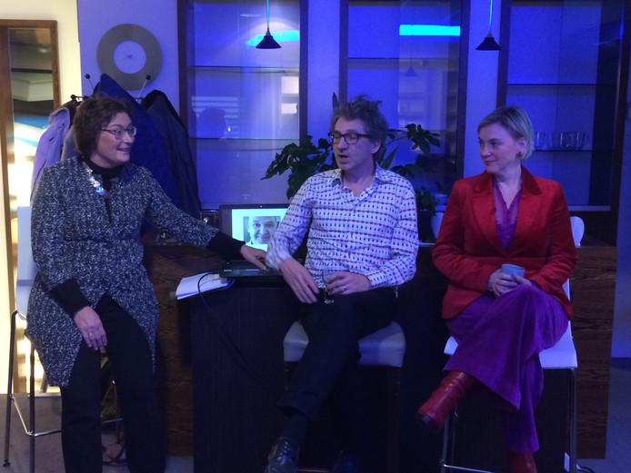 Wobine Buijs (links) interviewt Frénk van der Linden en Mylou Frencken.