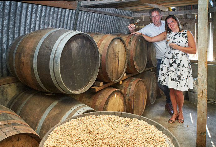 Dennis Hurkmans en Ezra Leeger bij de opslag van whiskyvaten.