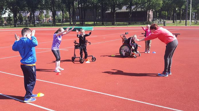 (vlnr) Juul, Lauren, Koen, Marieke en Elize tijdens de warming up van trainster Carolien Wellen