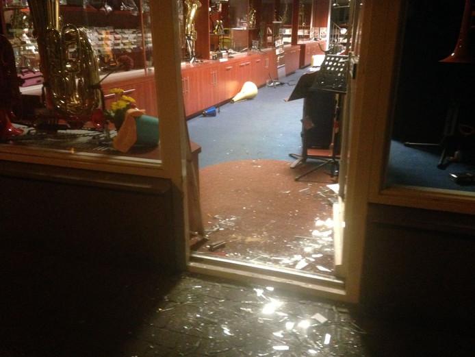 De schade bij de blaasmuziekwinkel in Veldhoven.