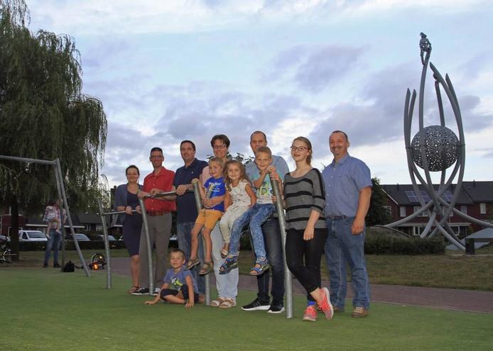 Leden van buurtvereniging De Hoef met hun kinderen op het Dokter van der Karplein. foto Gerard van Offeren/pix4profs