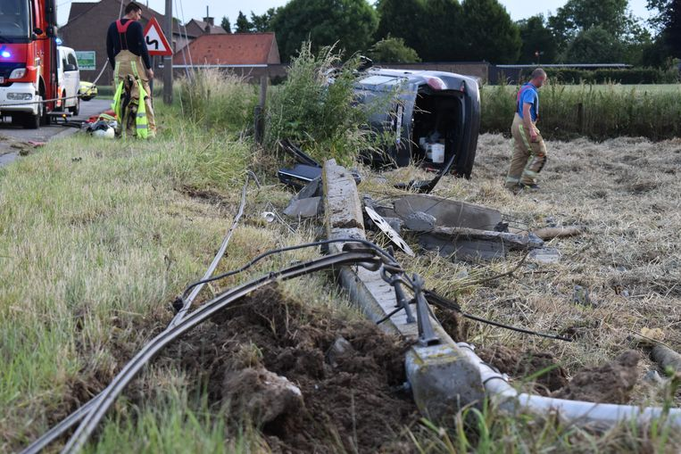 De wagen knalde een betonnen elektriciteitspaal doormidden.