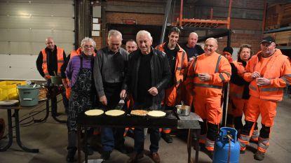 Burgemeester Paul Dams bakt pannenkoeken voor arbeiders