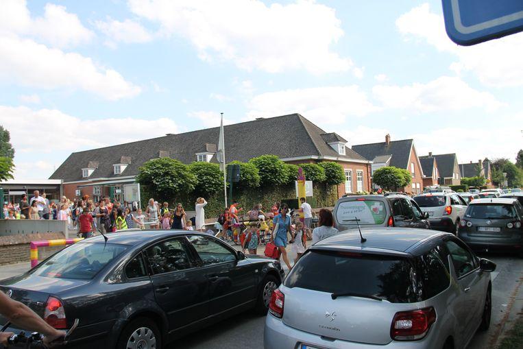 De drukte aan de Sint-Rafaëlsschool voor en na schooltijd is enorm.