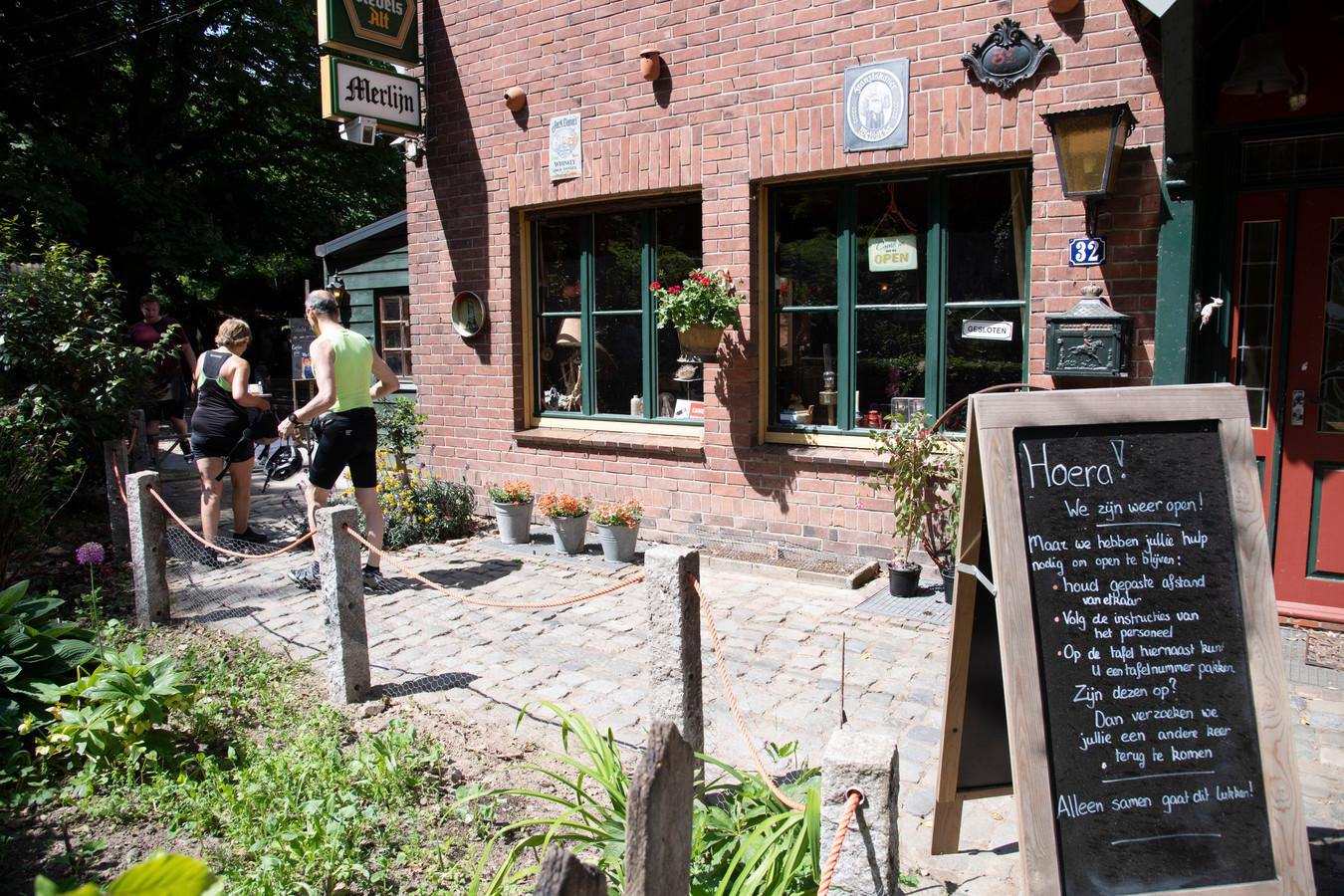 Boscafé Merlijn heet Nederlandse bezoekers welkom, het ligt echt enkele meters over de Duitse grens en mag daarom al open.