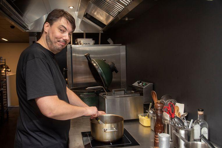 Chef kok Davy Celen aan het werk in zijn keuken van Oblix Boetiek Gastronomiek.