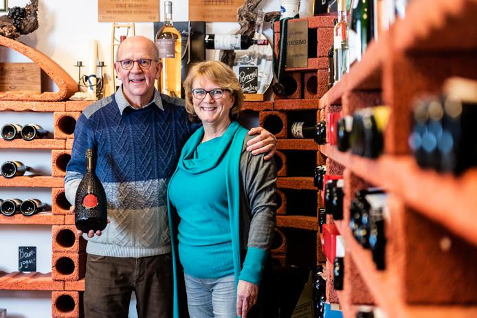 Aad Bouwmeester en zijn vrouw Yvonne stoppen met hun wijnhandel in Leimuiden.