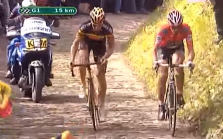 Een veelbesproken moment: Cancellara stoomt in 2010 weg van Tom Boonen op de Muur van Geraardsbergen.