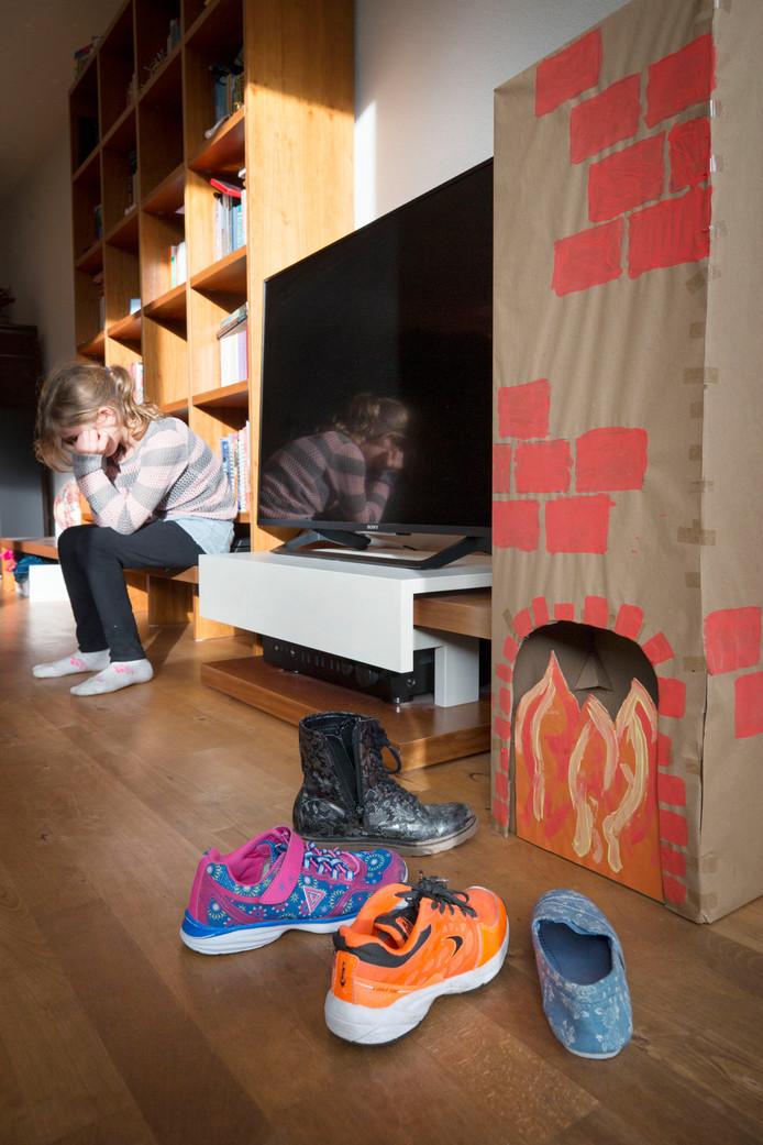 Een meisje is verdrietig omdat zij niets in haar schoen krijgt met sinterklaas. Foto in scène gezet.