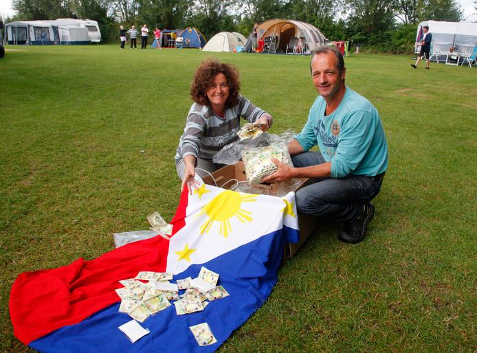 Ingrid en Charles Heiszler met festivalbandjes en Filipijnse vlag. Camping Perkpolder is vanaf 14 september het decor van het festival.