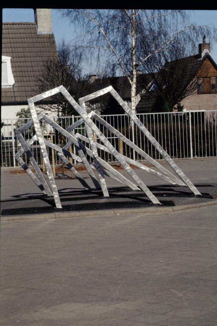 Zes metalen 'poortjes' bij basisschool de Rietkraag van de Broeklandse kunstenaar Arno Kramer. Foto Fotoclub Raalte/reproductie Gerard Vrakking