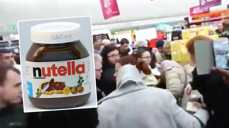 Klanten duwen en trekken in de hoop een pot Nutella te bemachtigen.