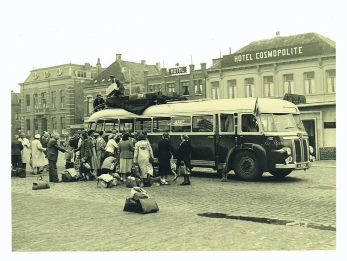 Door het spoor ontstaat een breed transportnetwerk. Hier een bus op het stationsplein. foto stadsarchief breda