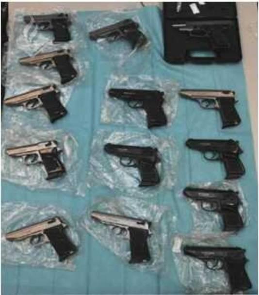 Er werden meerdere wapens en munitie aangetroffen.