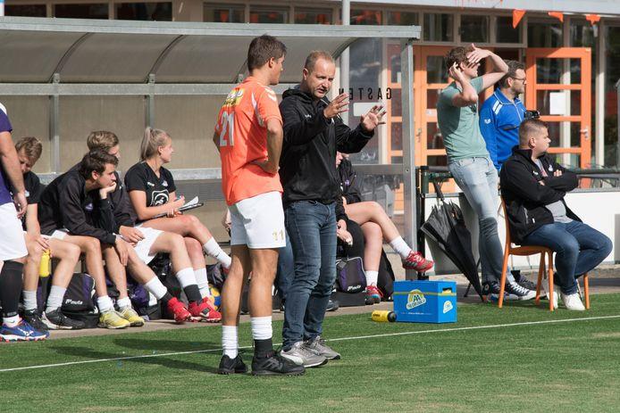 Korfbaltrainer Coen Hooijer van Sparta Nijkerk tijdens een eerdere wedstrijd tijdens het veldseizoen.
