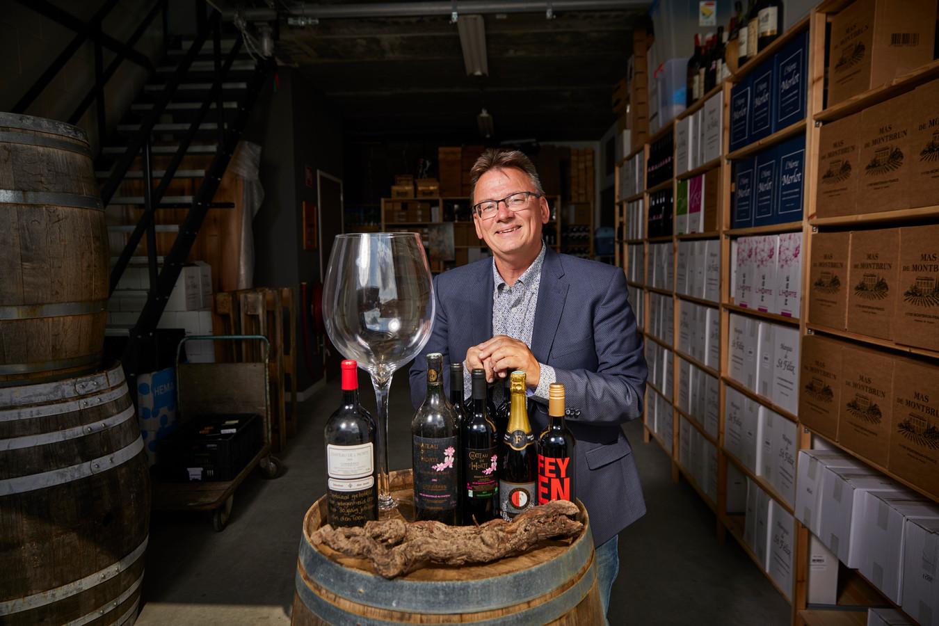 Wijnboer Paul den Toom in zijn wijnopslag in Barendrecht. Hij verkoopt wijnen onder de naam van zijn eigen château, maar levert bijvoorbeeld ook aan Feyenoord.