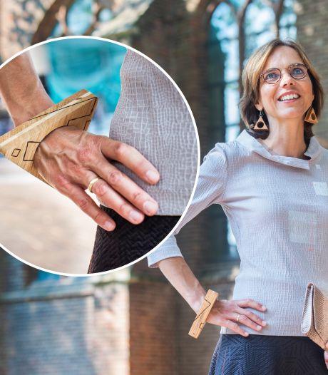 Met deze corona-armband uit Zwolle maakt Kamerlid tóch modestatement op Prinsjesdag