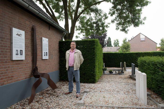 Cees van Meer bij het monument voor de omgekomen piloten in de Tweede Wereldoorlog in Dodewaard.