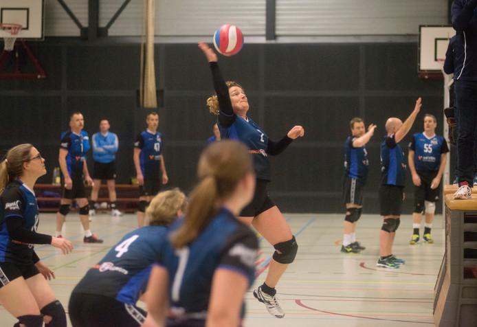 Lieke Vloet (midden, met bal) tijdens een training in de sporthal van het  Zwijsencollege in Veghel.
