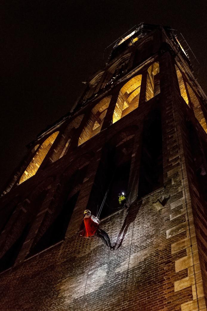'Willem de Torenwachter' daalt abseilend neer uit de Domtoren.