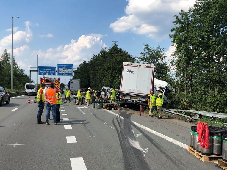 Eén van de twee betrokken vrachtwagens knalde door de vangrail, bovenop een bestelwagen. De bestuurder van die bestelwagen kwam om het leven.