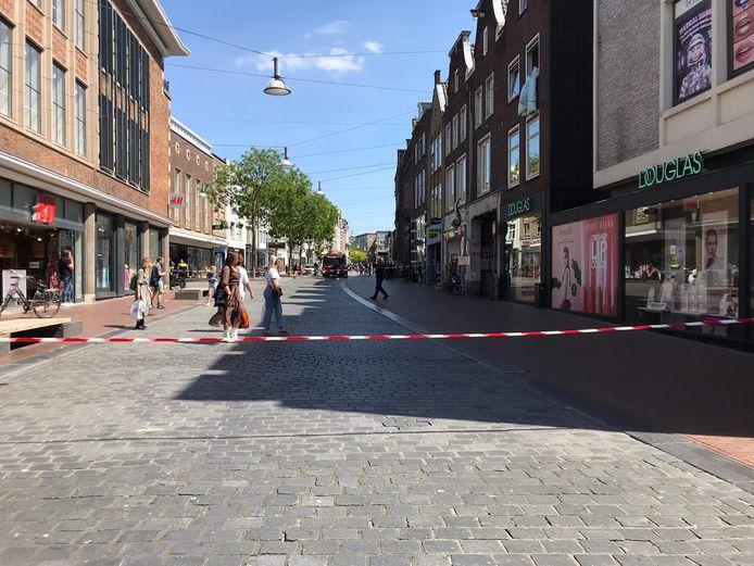 In modezaak WE aan de Burchtstraat in Nijmegen was mogelijk een lek in een gasleiding ontstaan. De winkel is tijdelijk ontruimd geweest en een deel van de straat was op het moment van de foto afgesloten.