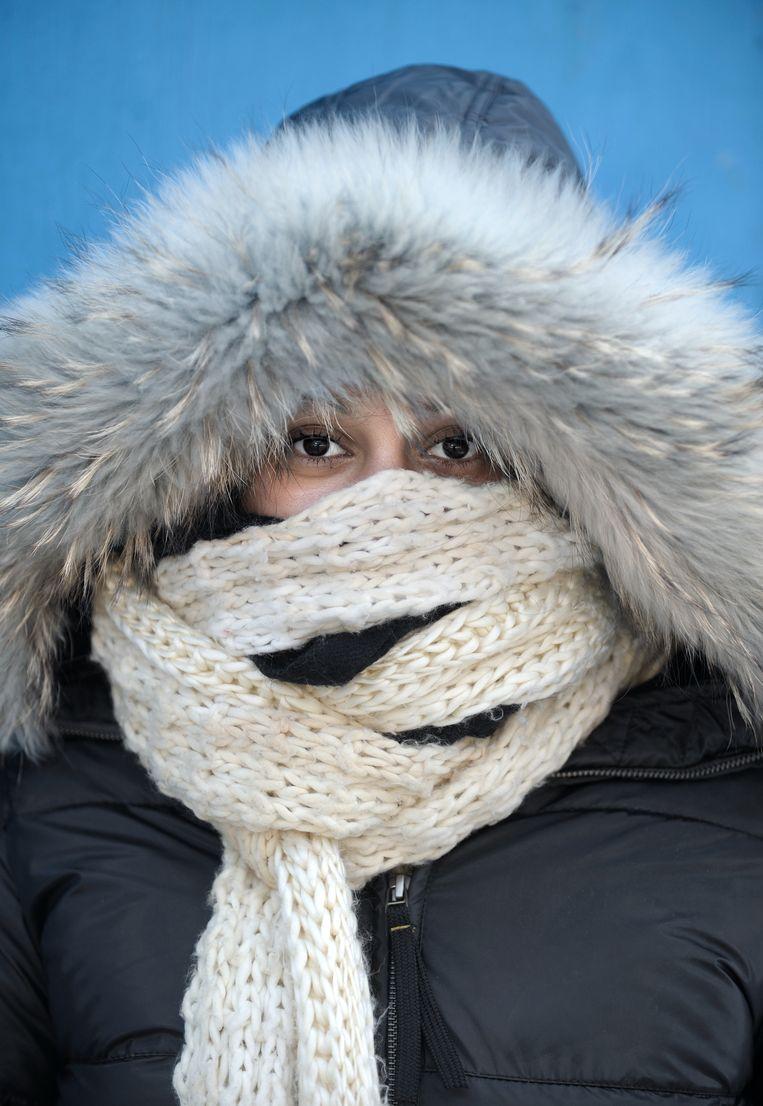 Hoe zit het met die winterjas: mag je die echt niet binnen dragen, zoals grootmoeder altijd zei, omdat je het anders veel sneller koud krijgt buiten? Beeld null