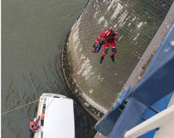 De twee opvarende worden door het reddingsteam in veiligheid gebracht.