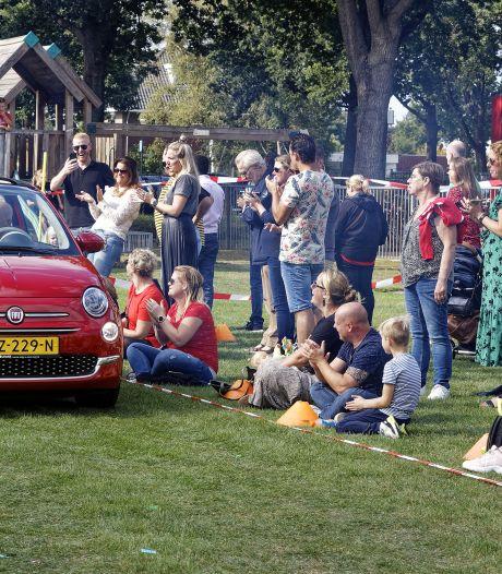 Spelertjes bij RKSV Boxtel in cabrio's voor 'spelerspresentatie'