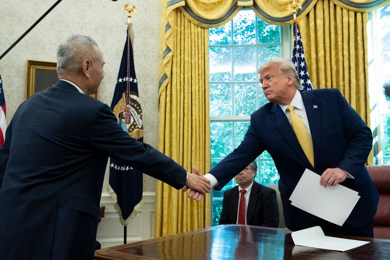 De Amerikaanse president Trump en de Chinese vicepremier Liu He schudden elkaar vrijdag de hand in de Oval Office van het Witte Huis. Beeld null