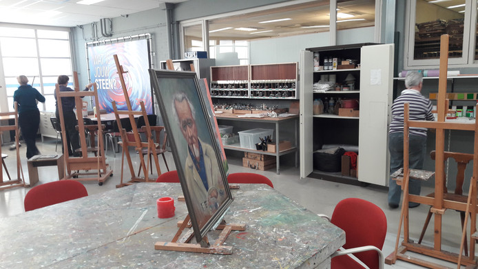 """Donderdag trok Broma's Palet, de Waalwijkse vereniging voor amateur schilder en -tekenkunst, in het nieuwe onderkomen aan de Grotestraat. ,,Hier kunnen we nog jaren vooruit"""", zegt voorzitster Marco Bolkenbaas. Op tafel het portret van Broeder Marius."""