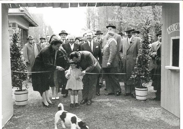 De opening van de sprookjestuin in 1954. Roland, zoon van de stichter, knipt het lintje door.