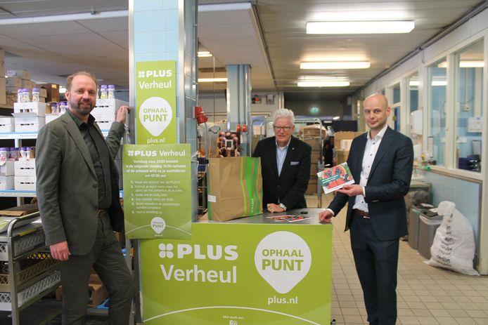 Directeur Erik Booden (links), Relatiebeheerder Bart Bakker (midden) en Adriaan Verheul, eigenaar van de Plus-supermarkt in Benthuizen, bij de pop up store waar personeel van het ziekenhuis boodschappen kunnen laten bezorgen en afhalen.
