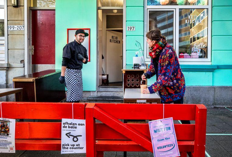 Bryan Keehnen (links) van Keju Kitchen op de soepavond van Pension Almonde. Beeld Raymond Rutting / de Volkskrant