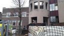 Aannemer Hazenberg is al begonnen met de verbouwing van het oude gemeentehuis. En een deel wordt gesloopt.